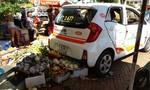 Hai xe ô tô 'hôn nhau', một phụ nữ bán trái cây nhập viện