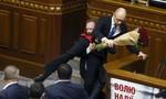 Ẩu đả tại quốc hội, thủ tướng Ukraine bị đối thủ nhấc bổng khỏi bục phát biểu