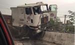 Container 'ăn' nát dải phân cách, lái xe thoát chết trong gang tấc