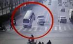 Clip cơn gió nhấc bổng 3 chiếc xe hơi tại ngã tư đông đúc gây sốt