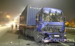 Tông vào rơ moóc tuột khoá gài, container nát đầu trên cầu Sài Gòn
