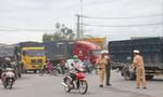 Ôtô 7 chỗ va chạm xe tải, giao thông ùn tắc nghiêm trọng