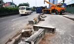 Người dân vứt xe máy bỏ chạy khi container ủi bay 40m dải phân cách