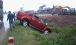 Nghệ An: Trời mưa to, xe tải tông xe bán tải lộn nhào xuống mương