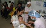 Trắng đêm tay bồng tay bế xếp hàng chờ tiêm vắc xin cho con