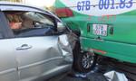 Xe 7 chỗ bẹp dúm sau khi tông đuôi xe khách, 5 người bị thương