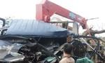 Nghệ An: Ô tô tải đâm xe cẩu nát đầu, giao thông ách tắc cục bộ