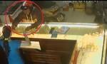 Clip tên trộm giật 2 sợi dây chuyền trên tay chủ tiệm vàng