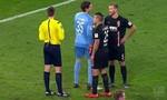 """Thủ môn tại giải Bundesliga dùng """" mưu kế """" cản quả penalty"""