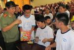 Báo CATP tặng quà cho trẻ em khuyết tật
