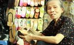 """Những đôi guốc mộc mang hai chữ """"Saigon"""" đi khắp thế giới"""