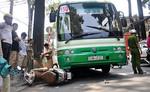 Nâng xe buýt giải cứu phụ nữ bị cán qua chân