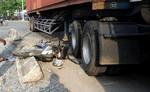 Xe container cán gãy chân phụ nữ mang bầu 6 tháng