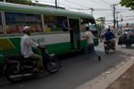 TP.HCM: Xe buýt ngang nhiên đón khách dọc đường