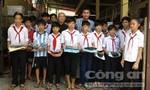Tặng quà cho trẻ em tại chùa Long Thạnh