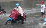 TP.HCM: Nhiều tuyến đường ngập trong mưa lớn