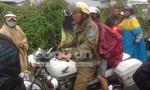 CSGT đội mưa đưa nạn nhân đi cấp cứu