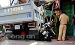 Clip xe ben tông sập nhà dân, 5 người thương vong