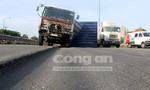 Xe tải lật trên đại lộ nghìn tỷ