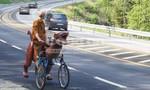 Anh chàng cưỡi xe đạp khủng long xuyên Na Uy