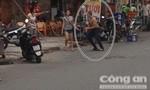 Thật không thể tin được, gã giang hồ đánh cô gái dã man giữa phố