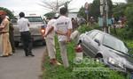 Xe rước công nhân húc văng ô tô xuống mương