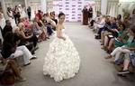 Thi làm váy cưới bằng ...giấy vệ sinh
