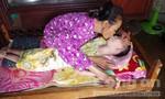 Mẹ già 28 năm dùng miệng bón cơm cho con gái bạo bệnh