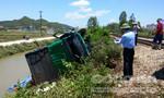 Tàu hỏa đâm ô tô bay xuống ruộng, tài xế trọng thương
