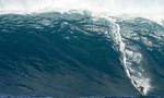 """Gãy chân vì lướt con sóng """"quái vật"""" cao 18 mét"""