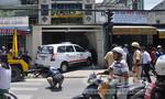 Xe taxi tông sập tường nhà dân, một người bị thương