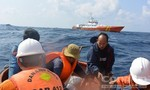 Bị tàu Trung Quốc uy hiếp, vẫn kiên cường bám biển