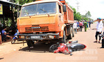 Xe ben tông kéo lê xe máy hơn 10m, một người tử vong