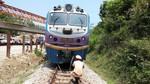 Nổ mìn đá rơi làm tàu hỏa trật đường ray