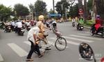 Cảnh sát giao thông đưa ông cụ sang đường