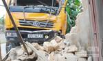 Xe tải mất lái đâm sập tường nhà dân