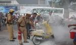 Xe máy bốc cháy trên đường