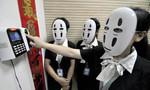 Nhân viên công ty đeo mặt nạ 'Vô Diện' đi làm