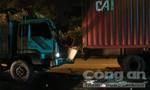 Xe tải mất lái tông đuôi container