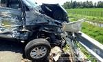 Ô tô 7 chỗ húc bay xe tải khỏi cao tốc, hai người bị thương