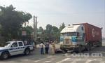 Xe container lôi xe máy trên đường, 2 vợ chồng thương vong