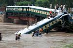 Tàu lửa rơi xuống kênh, 19 người chết