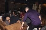 Đột kích quán cà phê treo tranh khiêu dâm