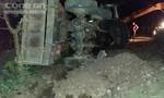 Xe công nông bị lún bùn lật ngang giữa đường