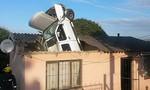 Ôtô mất lái đâm thủng mái nhà