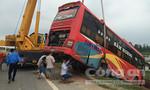 Xe khách lao xuống ruộng, 40 hành khách thoát chết