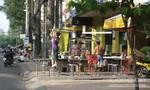Các quán ăn hai bên đường Trần Phú đua nhau chiếm vỉa hè