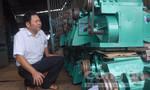 Nông dân chân đất sáng chế máy tách vỏ cà phê