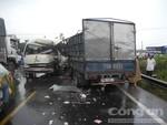 Ô tô khách vượt ẩu, gần 10 người bị thương