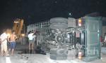 Xe tải lật nhào, hơn 10 tấn thép tràn ra đường